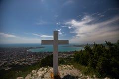 Правоверный крест на горе в Gelendzhik Зона Краснодара Россия 22 05 16 Стоковое фото RF