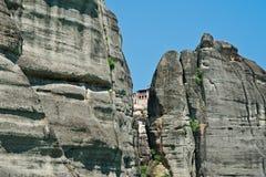 Правоверный монастырь увиденный через расселину в Meteora, Греции Стоковое фото RF