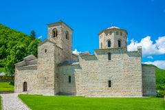 Правоверный монастырь Djurdjevi Stupovi в Черногории стоковое изображение