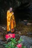 Правоверный священник во время таинства духовного рождения - крещения Стоковые Изображения RF