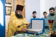 Правоверный священник в алтаре стоковое фото rf