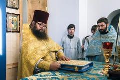 Правоверный священник в алтаре стоковые фото
