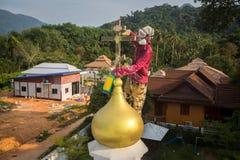 Правоверный священник освежает кресты на куполах церков Стоковые Фото