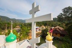 Правоверный священник освежает кресты на куполах церков Стоковая Фотография RF