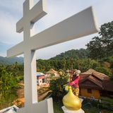 Правоверный священник освежает кресты на куполах церков Стоковое Изображение