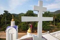 Правоверный священник освежает кресты на куполах церков Стоковые Изображения