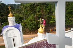 Правоверный священник освежает кресты на куполах церков Стоковые Изображения RF