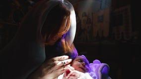 Правоверный, христианство, церковь Мать выглядит как падуб Mary стоя со спать ребенком на ее оружиях в церков акции видеоматериалы
