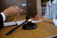 Правовой советник представляет к клиенту подписанный контракт с дал Стоковое Изображение