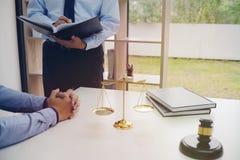 Правовой советник представляет к клиенту подписанный контракт с дал Стоковое Фото