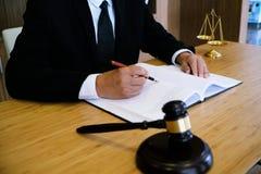 Правовой советник представляет к клиенту подписанный контракт с дал Стоковые Фотографии RF