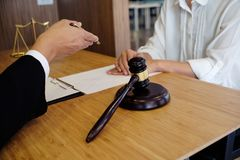 Правовой советник представляет к клиенту подписанный контракт с дал Стоковая Фотография