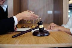Правовой советник представляет к клиенту подписанный контракт с дал Стоковые Изображения RF