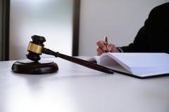 Правовой советник представляет к клиенту подписанный контракт с дал Стоковые Изображения