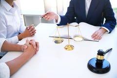 Правовой советник представляет к клиенту подписанный контракт с дал Стоковое фото RF