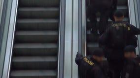 Правоохранительные органы, полицейскии идя на полет, обеспечивая безопасность видеоматериал