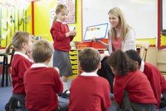 Правописание учителя уча к зрачкам начальной школы Стоковое Изображение