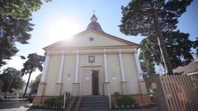 Православная церков церковь в солнце освещает в городе Латвии Jurmala акции видеоматериалы