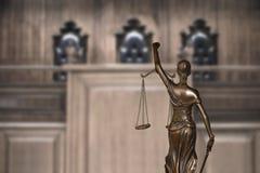 Правосудие дамы и пустой стенд с стульями судьи в зале судебных заседаний стоковая фотография rf
