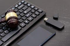 Правосудие и концепция закона Рабочее место юриста с компьтер-книжкой и документы с темным деревянным столом, калькулятором, скля Стоковая Фотография RF