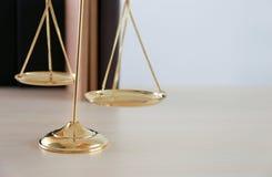 правосудие и концепция закона судят молоток, работая с цифровым c Стоковое фото RF