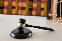 правосудие и концепция закона судят молоток, работая с цифровым c Стоковое Изображение