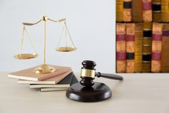правосудие и концепция закона судят молоток, работая с цифровым c Стоковое Изображение RF
