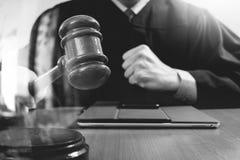 Правосудие и концепция закона Мужской судья в зале судебных заседаний поражая g Стоковая Фотография