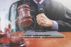 Правосудие и концепция закона Мужской судья в зале судебных заседаний поражая g Стоковое фото RF