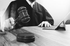 Правосудие и концепция закона Мужской судья в зале судебных заседаний поражая g Стоковая Фотография RF
