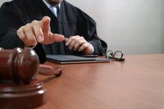 Правосудие и концепция закона Мужской судья в зале судебных заседаний с молотком Стоковые Изображения RF