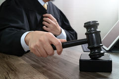 Правосудие и концепция закона Мужской судья в зале судебных заседаний поражая g Стоковые Фотографии RF