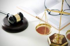 Правосудие масштаба закона с молотком в предпосылке Стоковая Фотография