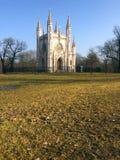 Православная церков церковь Александра Nevsky Святого (готическая часовня) в парке Александрии Peterhof, Санкт-Петербург, Стоковое Изображение
