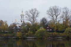 Православная церков церковь от реки около последняя осень Стоковая Фотография RF