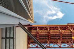 право взгляда под pilar моста металла стоковые изображения rf