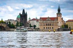 Прага, мост Charles через реку Vltava Стоковые Изображения