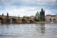 Прага, мост Charles через реку Vltava Стоковые Изображения RF