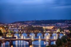 Прага на twilight голубом часе, взгляде мостов на Влтаве Стоковое Изображение