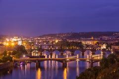Прага на twilight голубом часе, взгляде мостов на Влтаве Стоковые Фотографии RF