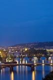 Прага на twilight голубом часе, взгляде мостов на Влтаве Стоковое фото RF