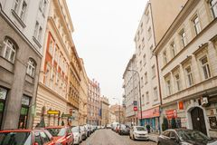 Прага, 13-ое декабря 2016: Красивая улица Праги с старыми камнями архитектуры, вымощать, знаками рекламы и Стоковые Изображения RF