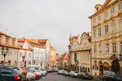 Прага, 20-ое декабря 2017: Красивая улица Праги с старыми камнями архитектуры, вымощать, знаками рекламы и Стоковое Фото