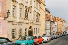 Прага, 20-ое декабря 2017: Красивая улица Праги с старыми камнями архитектуры, вымощать, знаками рекламы и Стоковая Фотография
