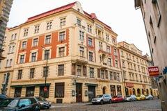 Прага, 20-ое декабря 2017: Красивая улица Праги с старыми камнями архитектуры, вымощать, знаками рекламы и Стоковое Изображение