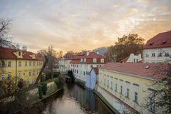 ПРАГА - 7-ОЕ ДЕКАБРЯ: дома рядом с малым рекой, 2016 в Prag Стоковые Изображения RF