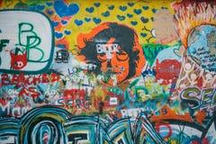 Прага, 14-ое декабря 2016: Стена Джон Леннон Граффити на стене Известное место Sightseeing для вентиляторов память Стоковое Изображение