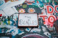 Прага, 14-ое декабря 2016: Стена Джон Леннон Граффити на стене Известное место Sightseeing для вентиляторов память Стоковые Изображения RF