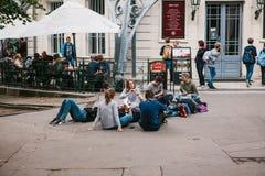 Прага, 25-ое сентября 2017: Группа в составе молодые друзья студентов лежит и сидит на том основании и связывает с каждым стоковое изображение rf