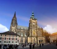 ПРАГА, 15-ОЕ СЕНТЯБРЯ: Толпа туристов на квадрате перед собором Vitus Святого 15-ого сентября 2014 в Праге, чехословакская Стоковая Фотография